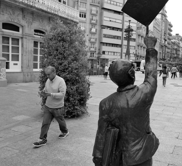Texting, Rúa do Príncipe, Vigo, Galicia by tonycullen