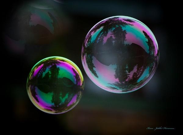 Bubbles , bubbles , bubbles ........ by kuvailija