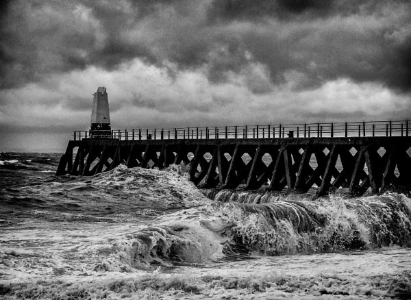 Breaking waves by Sue_R