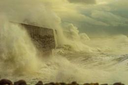 Photo : A storm beaten breakwater