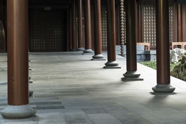 Light on pillars by manicam
