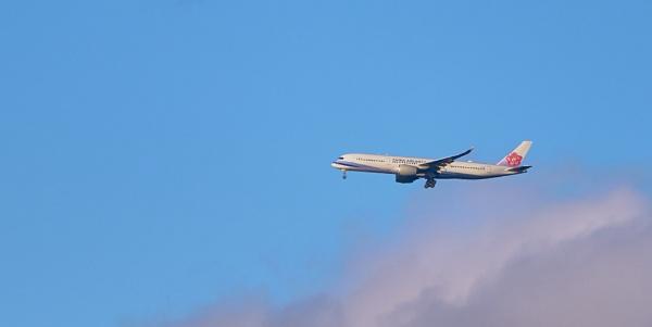 Approaching Gatwick by JJGEE