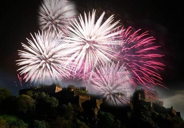 Edinburgh castle fireworks by Eckyboy
