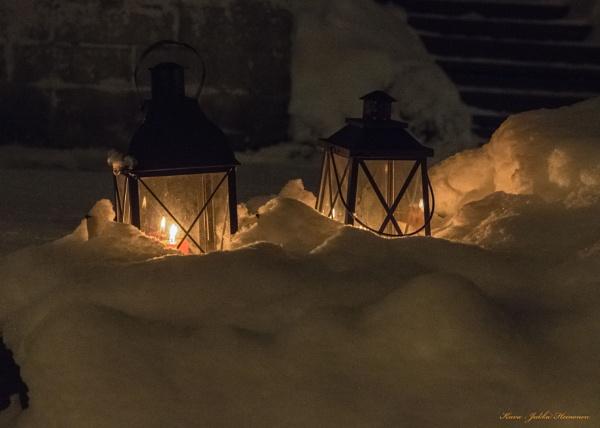 Lanterns and snow . by kuvailija