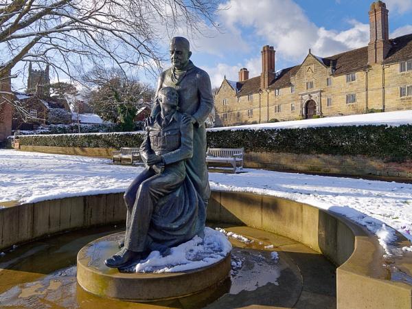 EAST GRINSTEAD, WEST SUSSEX/UK - FEBRUARY 27 : McIndoe Memorial by Phil_Bird