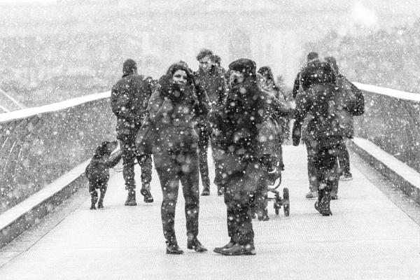 Snowfall on the Bridge by rontear