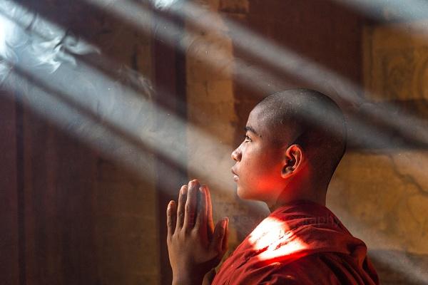 Praying Monk by edrhodes