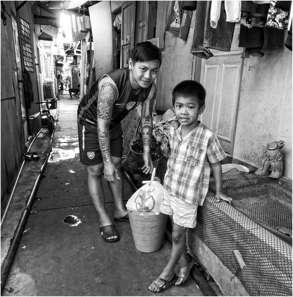 Life in the Khlong Thoei slum in Bangkok by yosemite