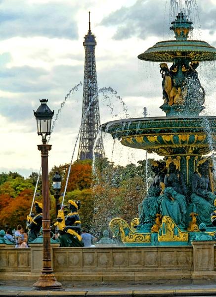 La Torre Eiffel by Azteca