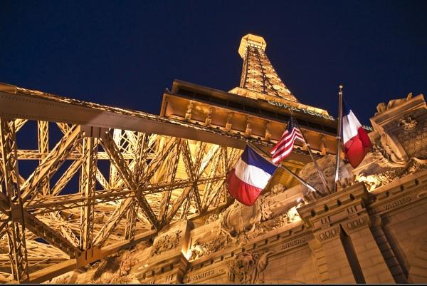 Torre Eiffel by Azteca