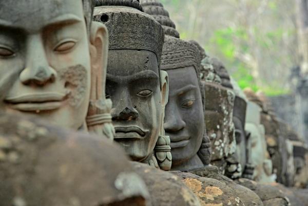 Rostros en Angkor by Azteca