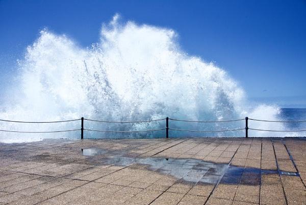 crashing waves by Mannyfreedman
