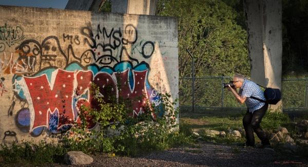 Graffiti and photographer. by kuvailija