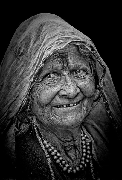 old but street wise........ by sawsengee