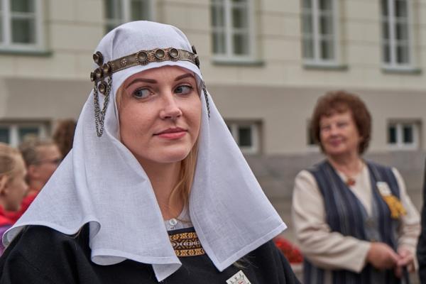 Lithuanian married woman\'s headdress by LotaLota