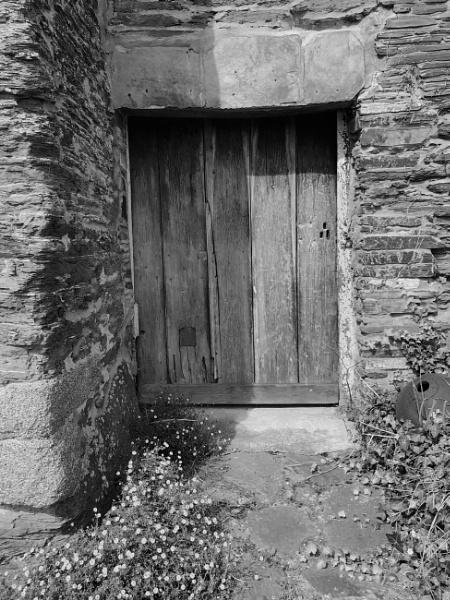 Black & White Door by magsyuk