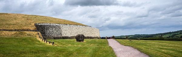 Newgrange Neolithic mound by cats_123