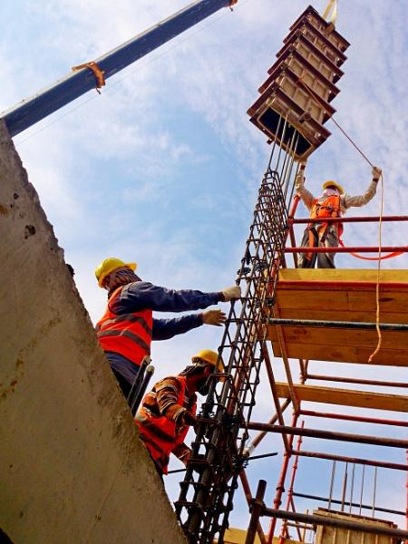 Men at Work: Column Shuttering by Savvas511