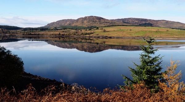 Clatteringshaws Loch by GlynnisFrith