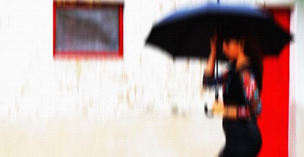 Con paraguas. by femape
