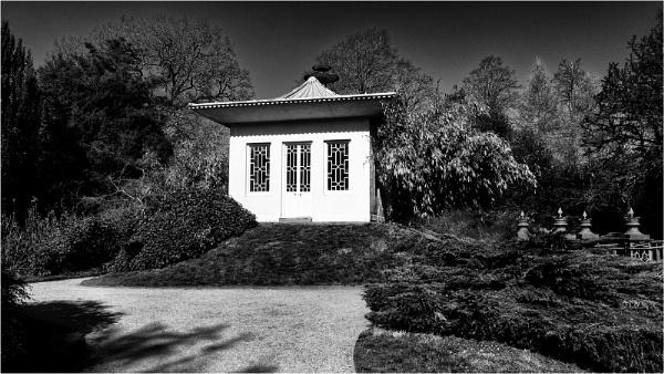 Oriental garden by fredsphotos