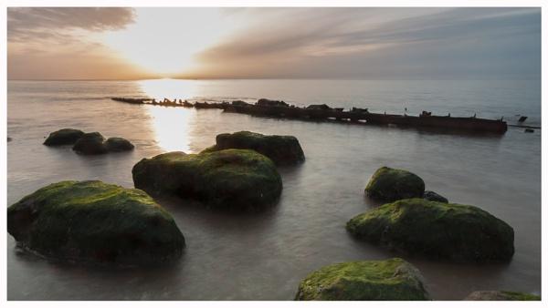 Wreck & Rocks by JelFish