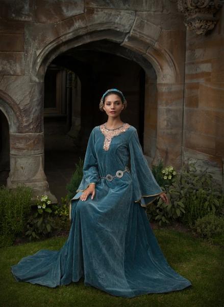 Pre Raphaelite Maiden by harryw