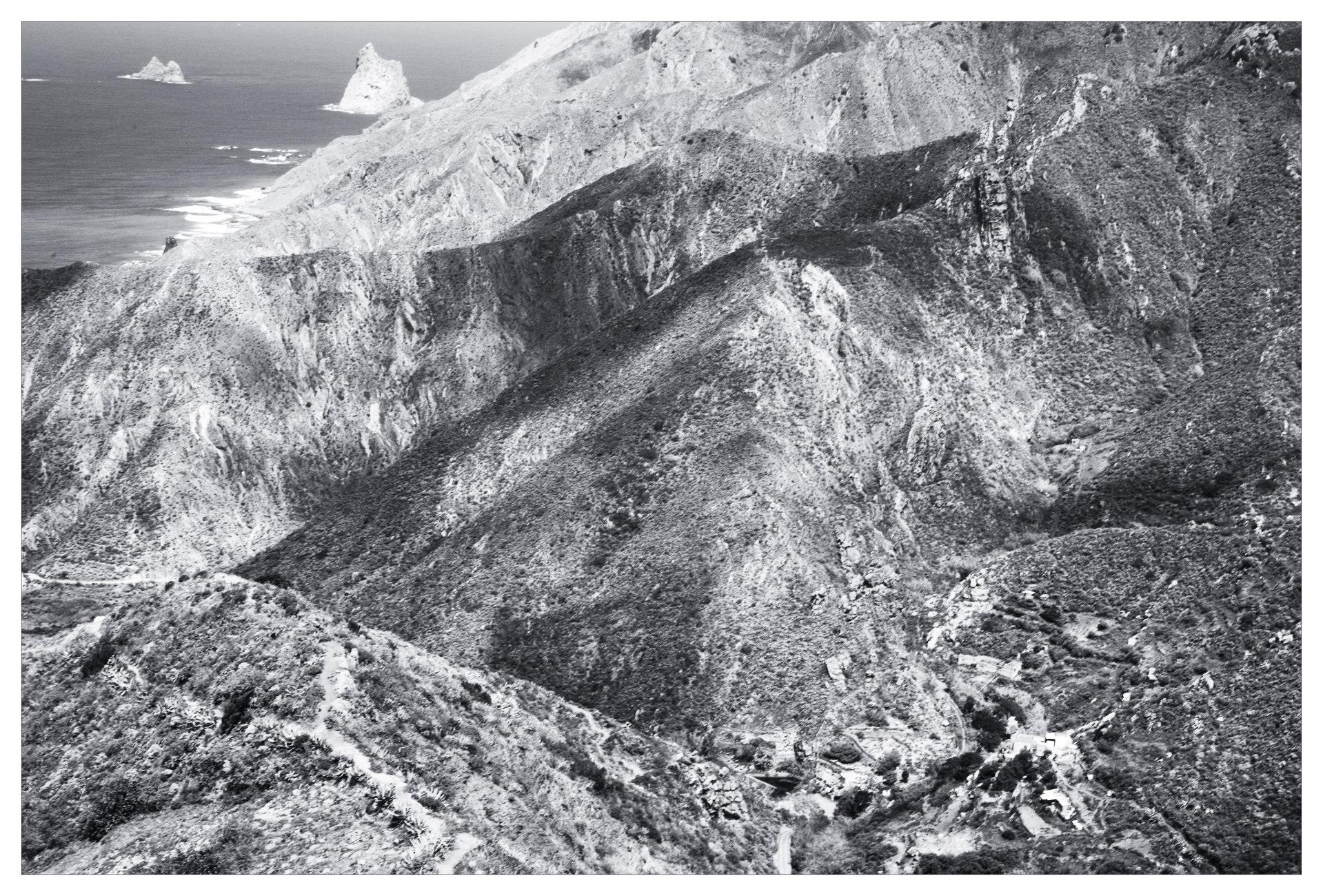 una casa de campo, montañas y el océano Atlántico