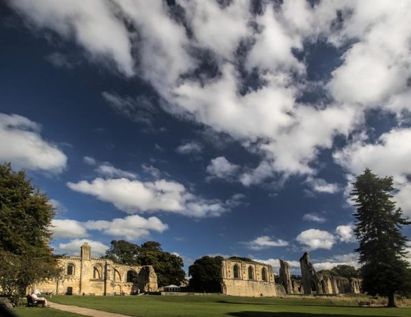 Glastonbury Abbey by tralfamadorean