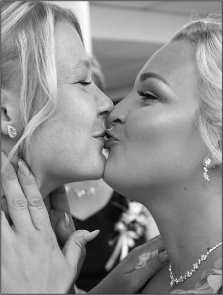 Kisses. by lifesnapper