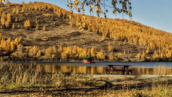 Autumn on a mountain lake by zdumus