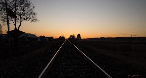 Rails and sunset. by kuvailija