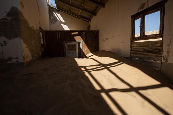 Kolmanskoop Shadow by rontear