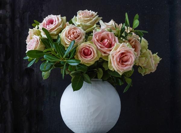 Roses En Vase by BobbyMS