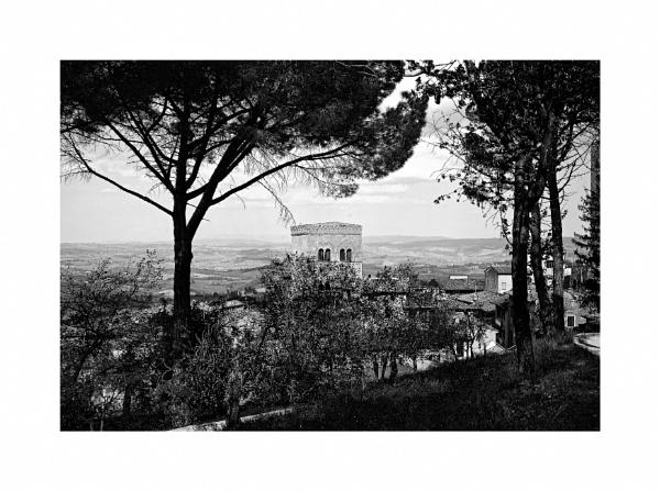 Guardando da San Gimignano by Lontano