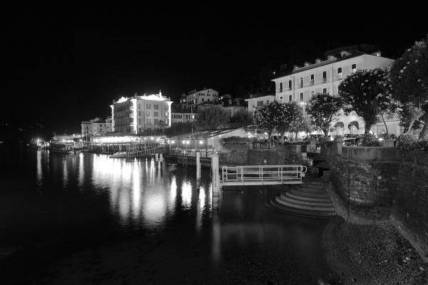 Bellagio  at night by rickie