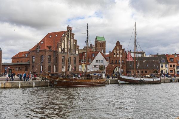 Alter Hafen mit historischen Gebäuden,Wismar by mongol