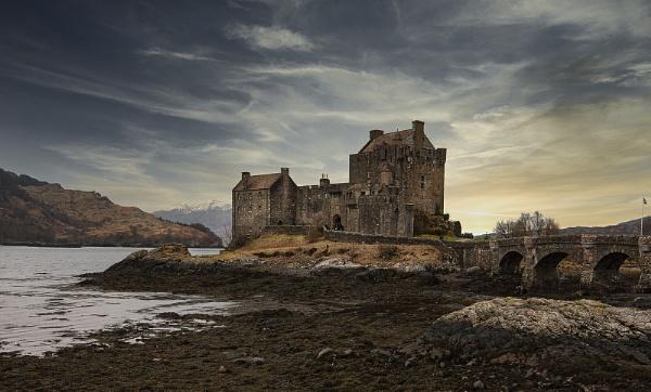 Eilean Donan castle by hibbz