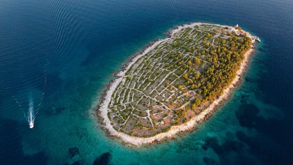 Prišnjak Island by GregorP