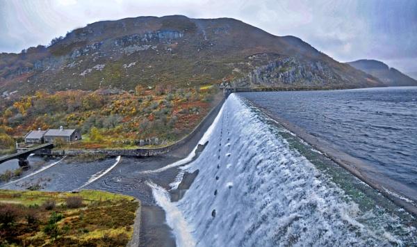 Caban Coch Dam by yosemite