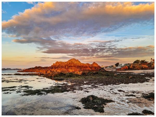 Sunlit rocks by happysnapper