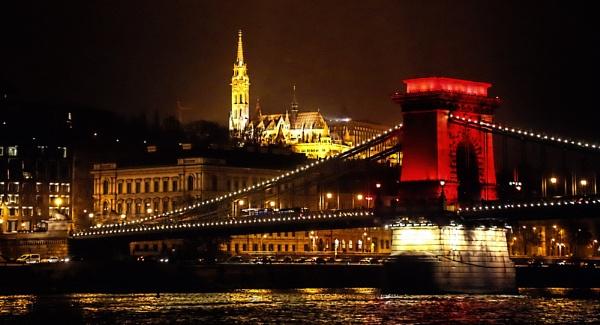 Chain Bridge Budapest by Ffynnoncadno