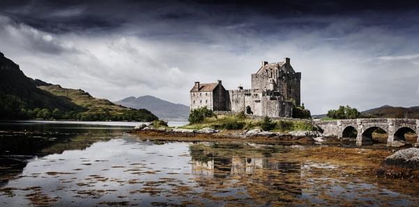 Eilean Donan Castle by TomSaetan
