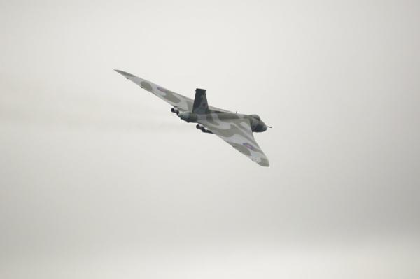 XH558 Vulcan leaving by mj.king