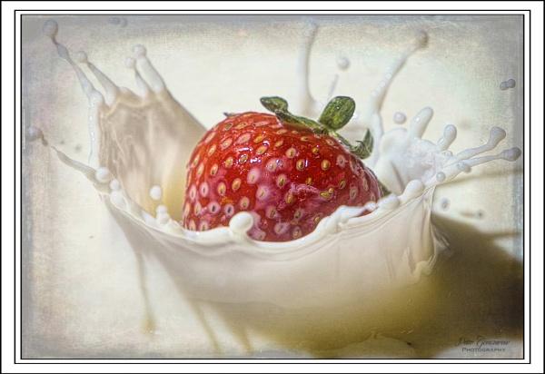 Strawberry splash. by Pegon