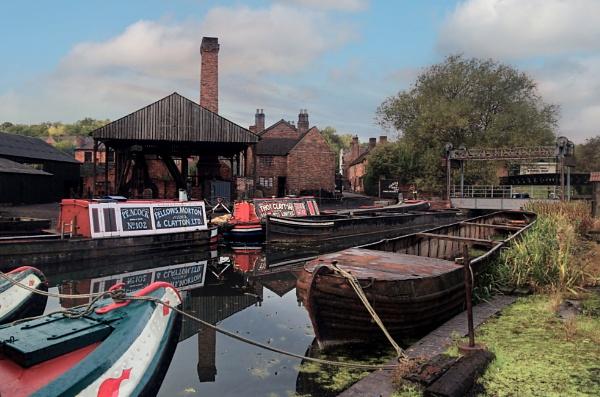 Castlefields boat dock by Ffynnoncadno