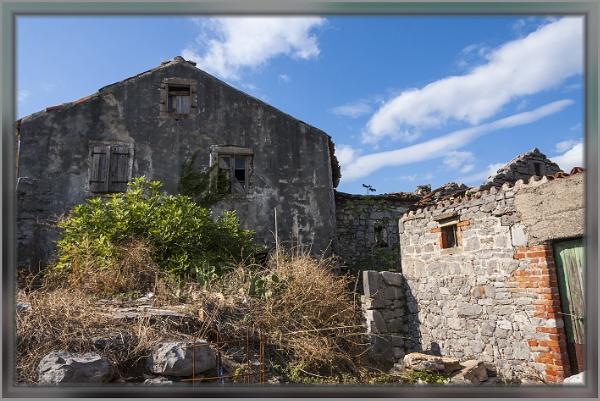 Old house stands still by nklakor