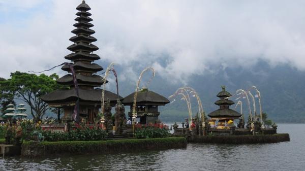 The Ulun Danu Temple , Bali by TheURL