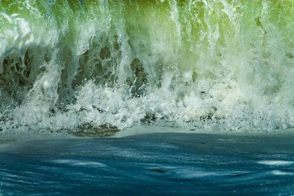 Breaking wave by Neopolis