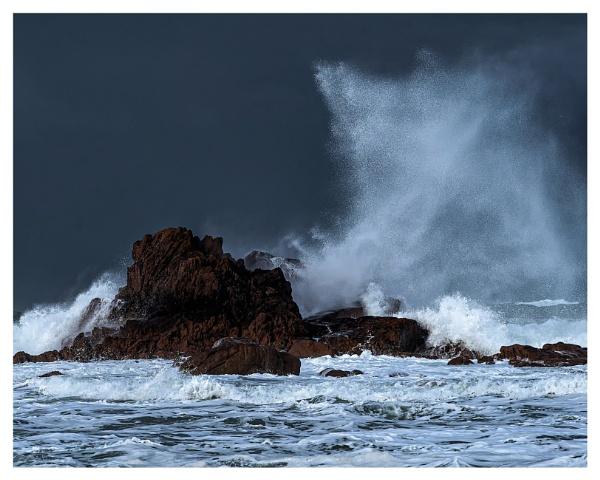Breaking Waves by happysnapper